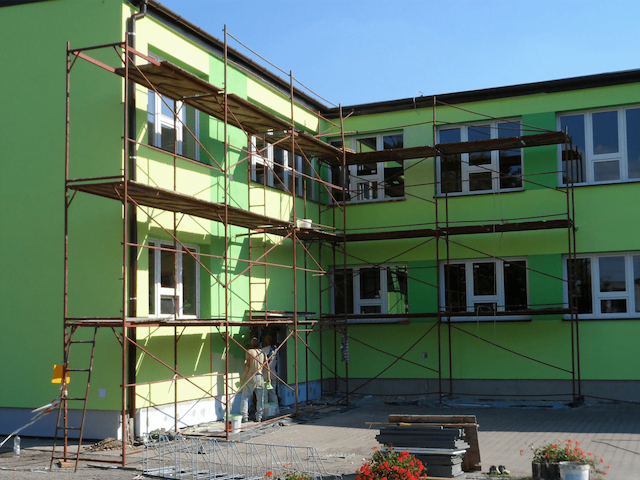 Błędy w wykonawstwie prac dociepleniowych budynku. Jakie usterki może wskazać rzeczoznawca budowlany?